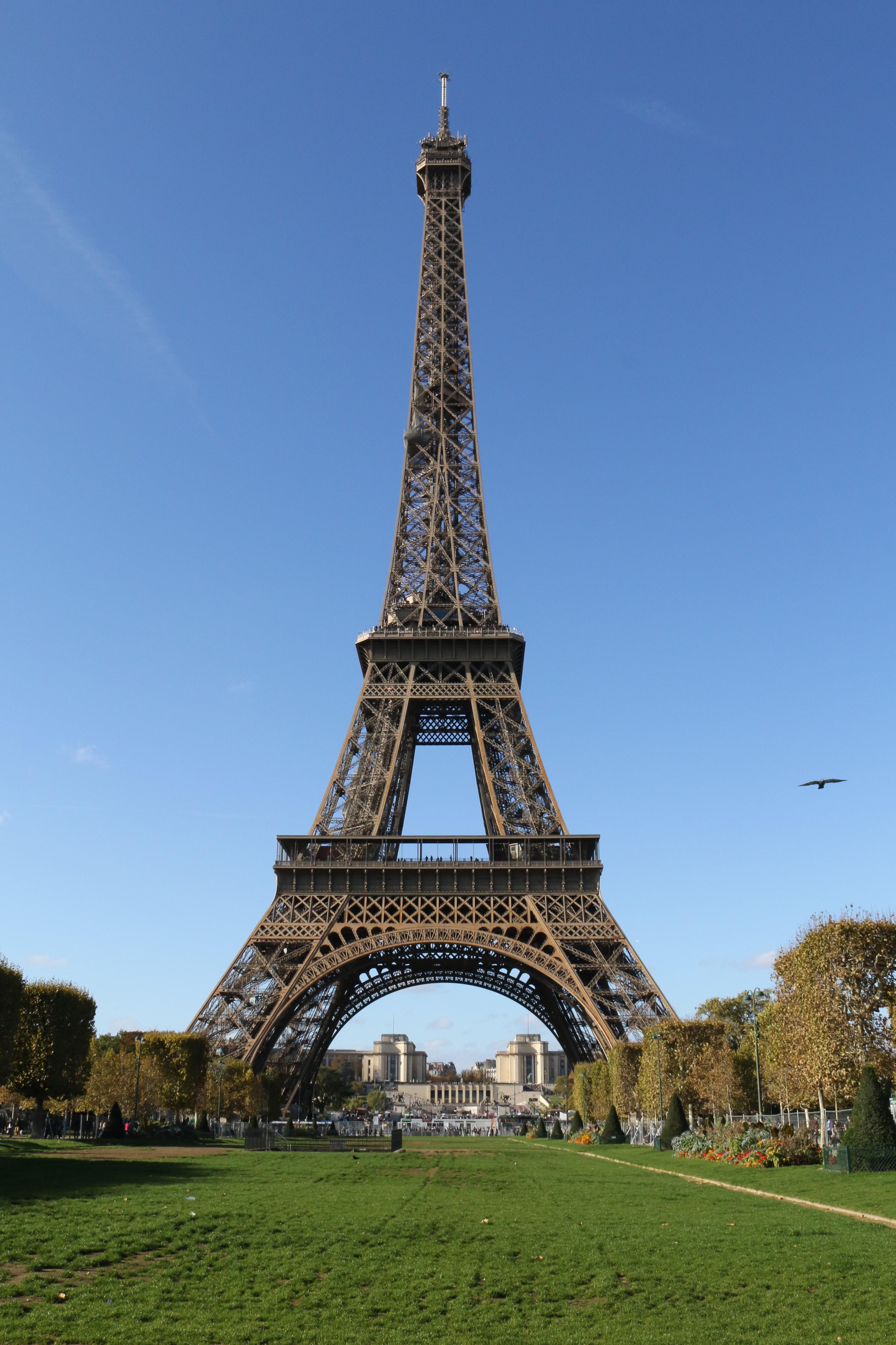 Tipps für Paris: Der Eiffelturm in Paris mitten am Tag
