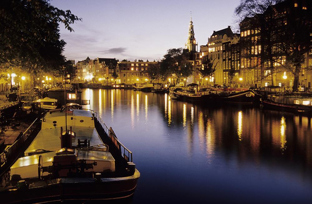 Gracht in Amsterdam bei Abenddämmerung