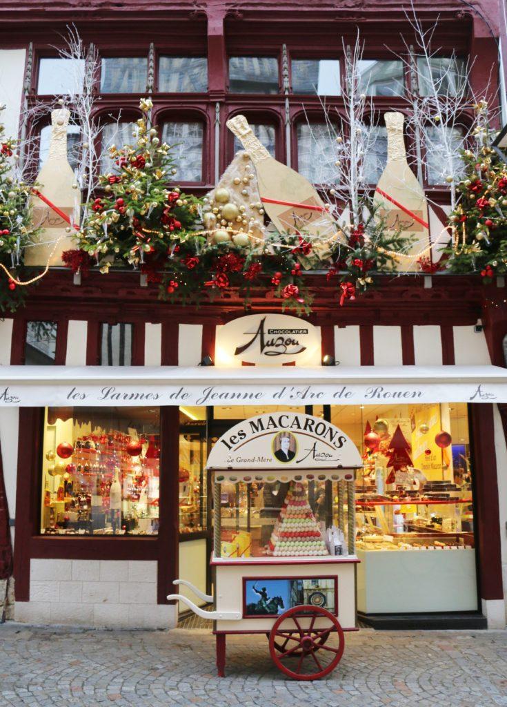 Weihnachtlich geschmücktes Geschäft in Rouen