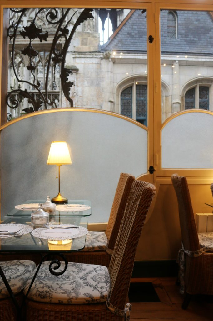 Café Dame Cakes in Rouen mit Blick auf die Kathedrale Notre Dame