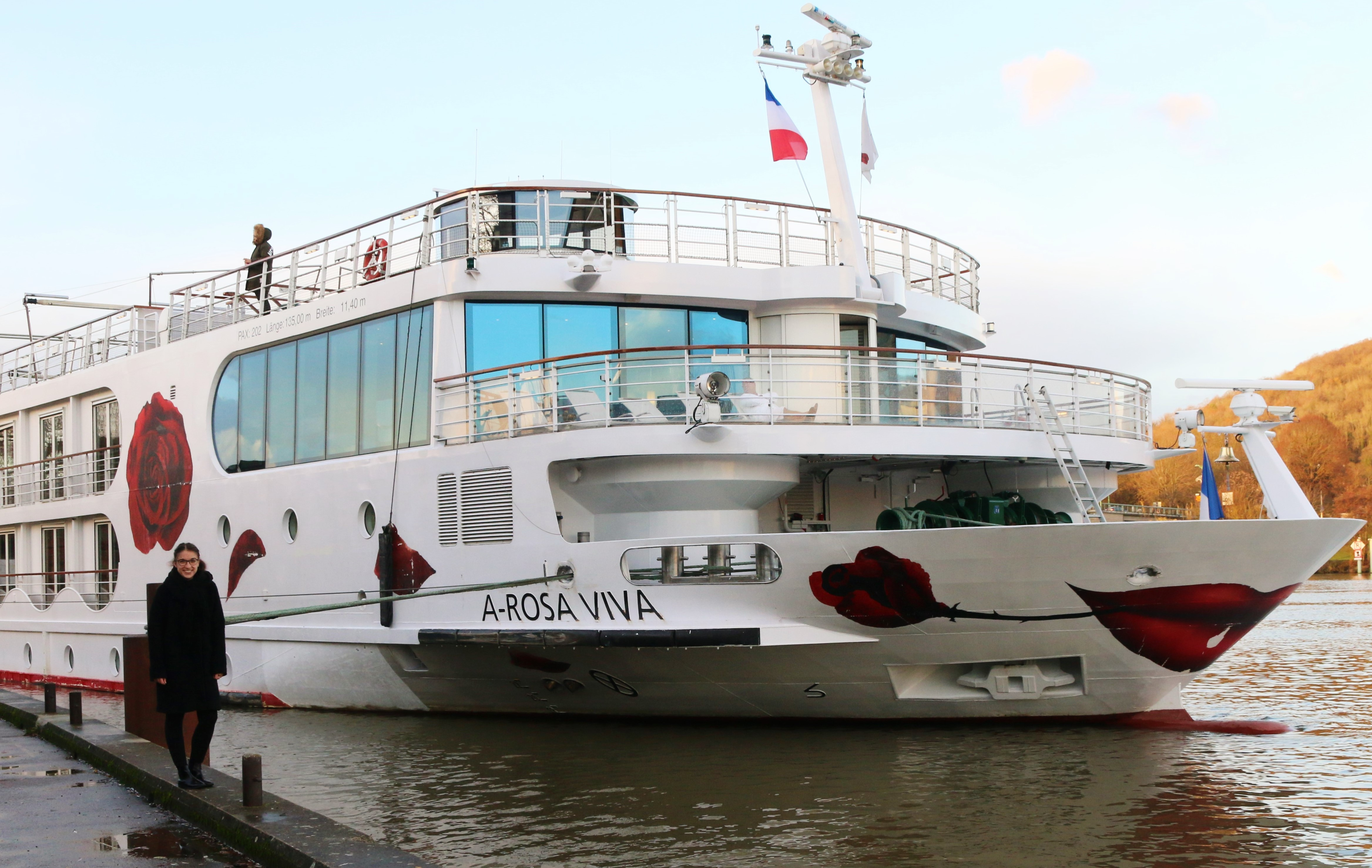 Tipps für Paris: Anna-Maria vor der A-ROSA VIVA auf der Seine