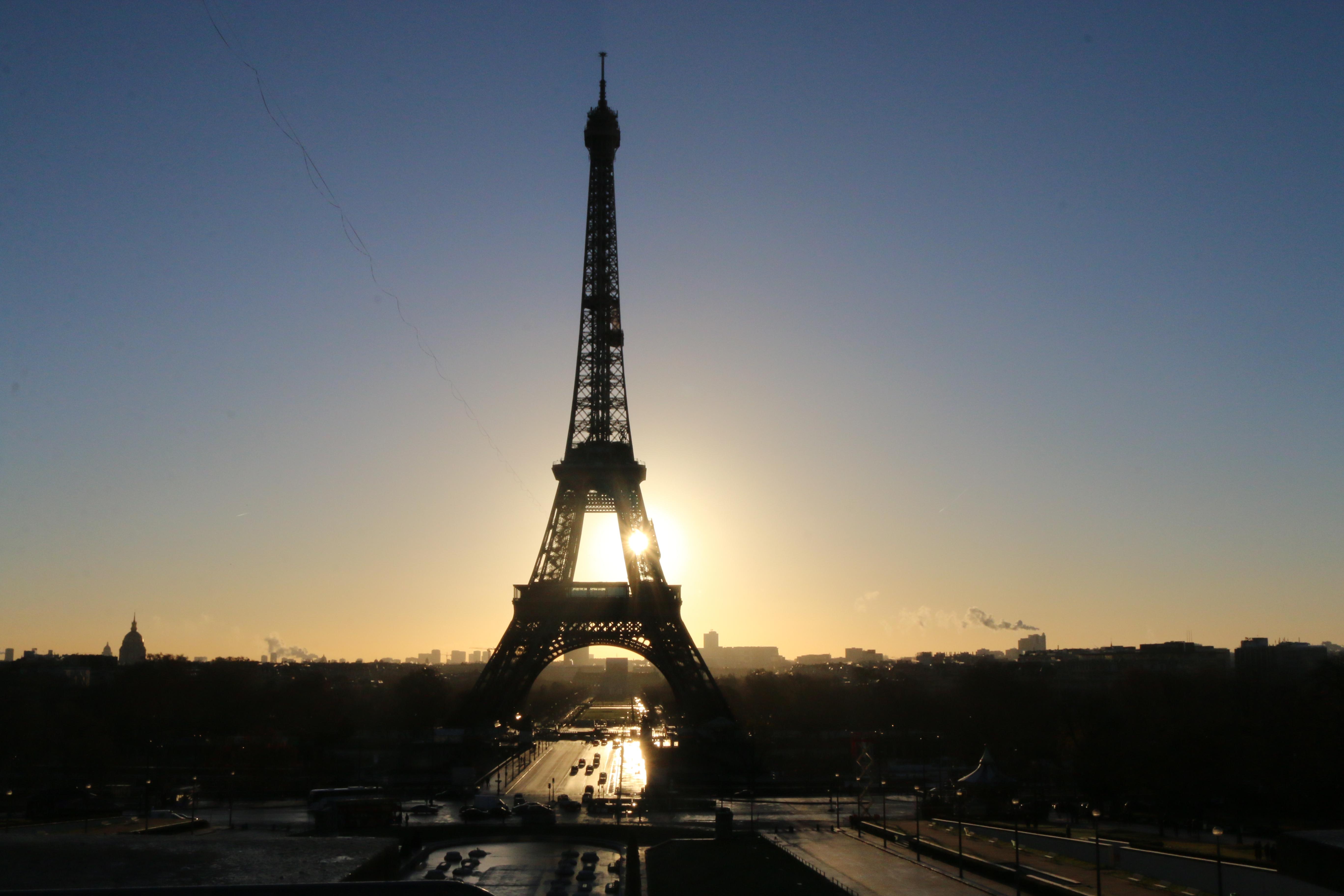 Tipps für Paris: Der Eiffelturm in Paris bei Sonnenaufgang