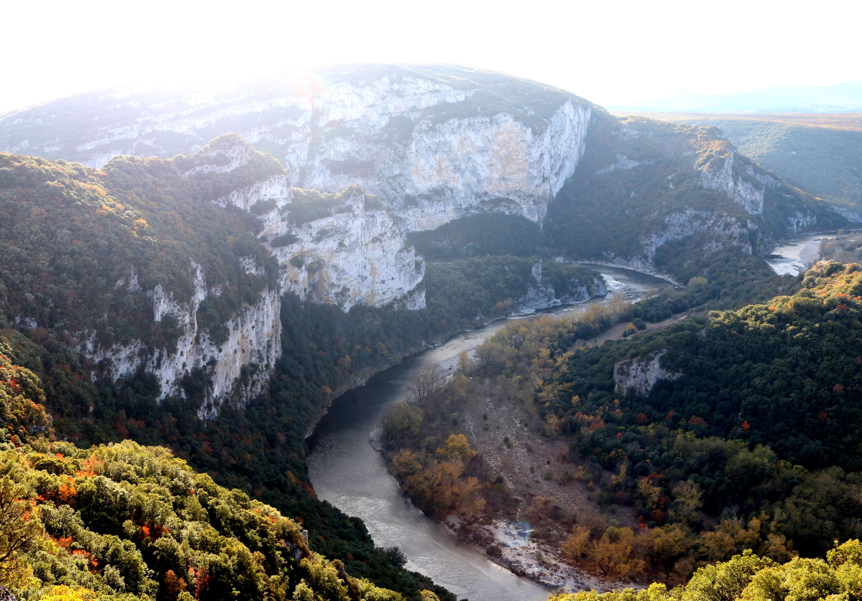 Traumhafter Kulisse mit Anblick auf die südfranzösische Gebirgslandschaft