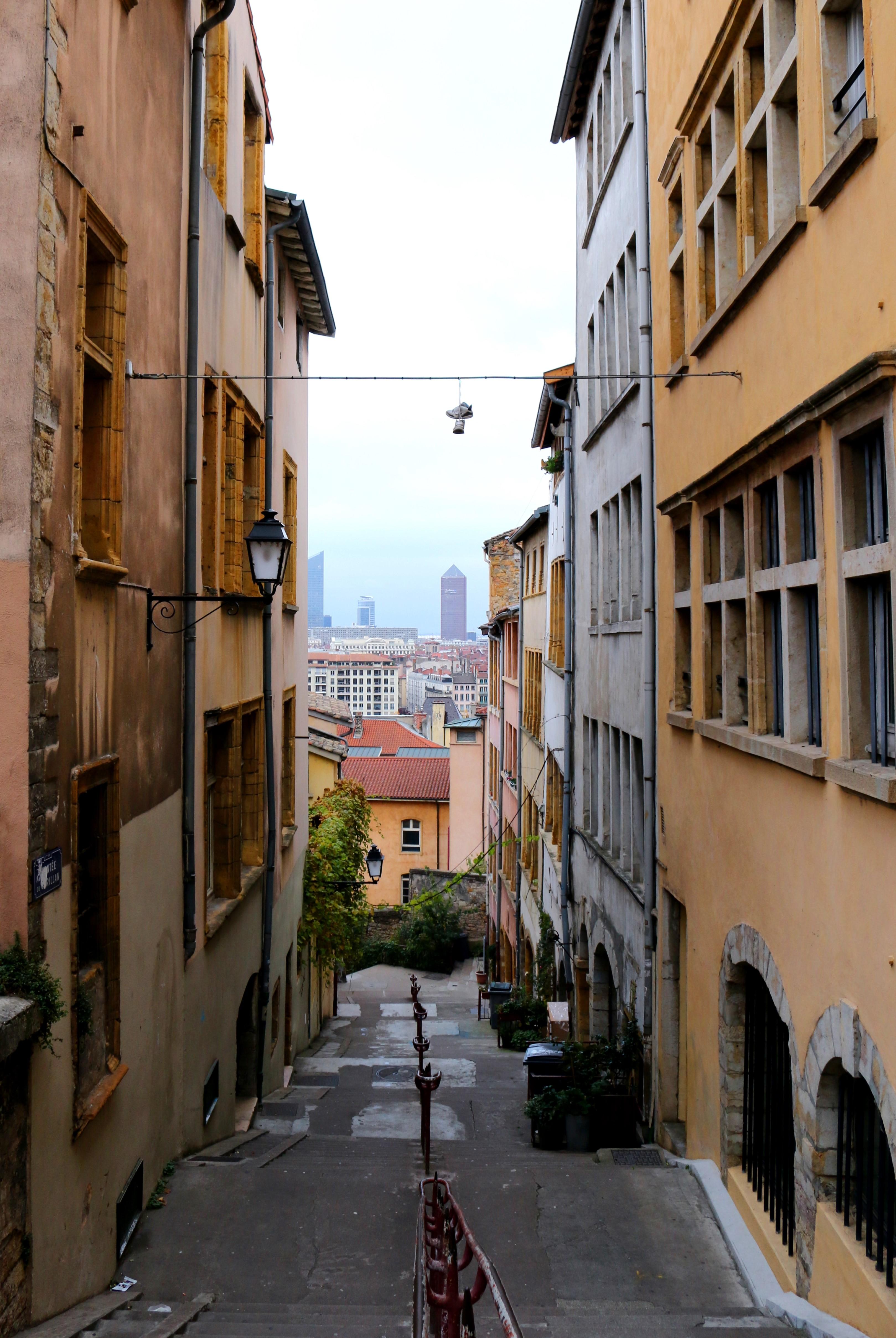 Inmitten von Lyon in einer Seitengasse mit Blick in die Stadt
