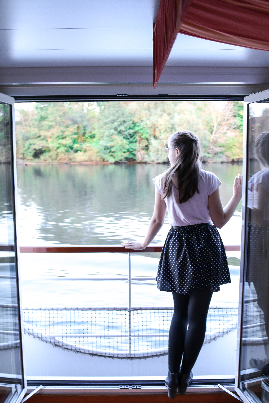 Französischer Balkon an Bord der A-ROSA DONNA und Anna-Maria genießt den Ausblick auf die Donau