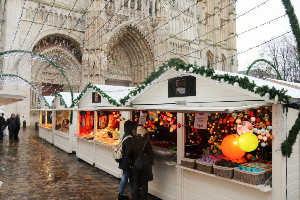 Weihnachtsmart direkt am Notre Dame in Rouen.