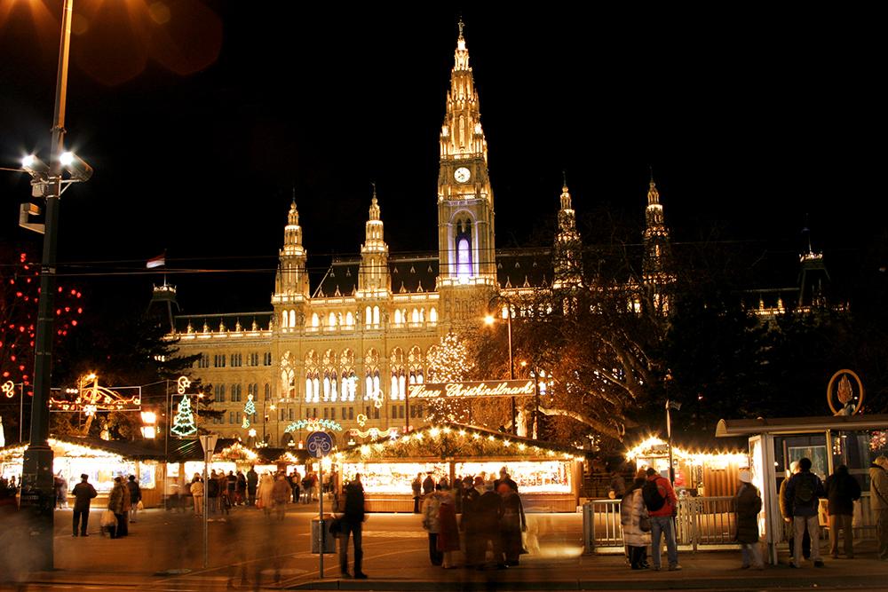 Der Weihnachtsmarkt in Wien ist ein besonderes Erlebnis auf der Reise 4 Nächte Donau Weihnachtsmärkte.
