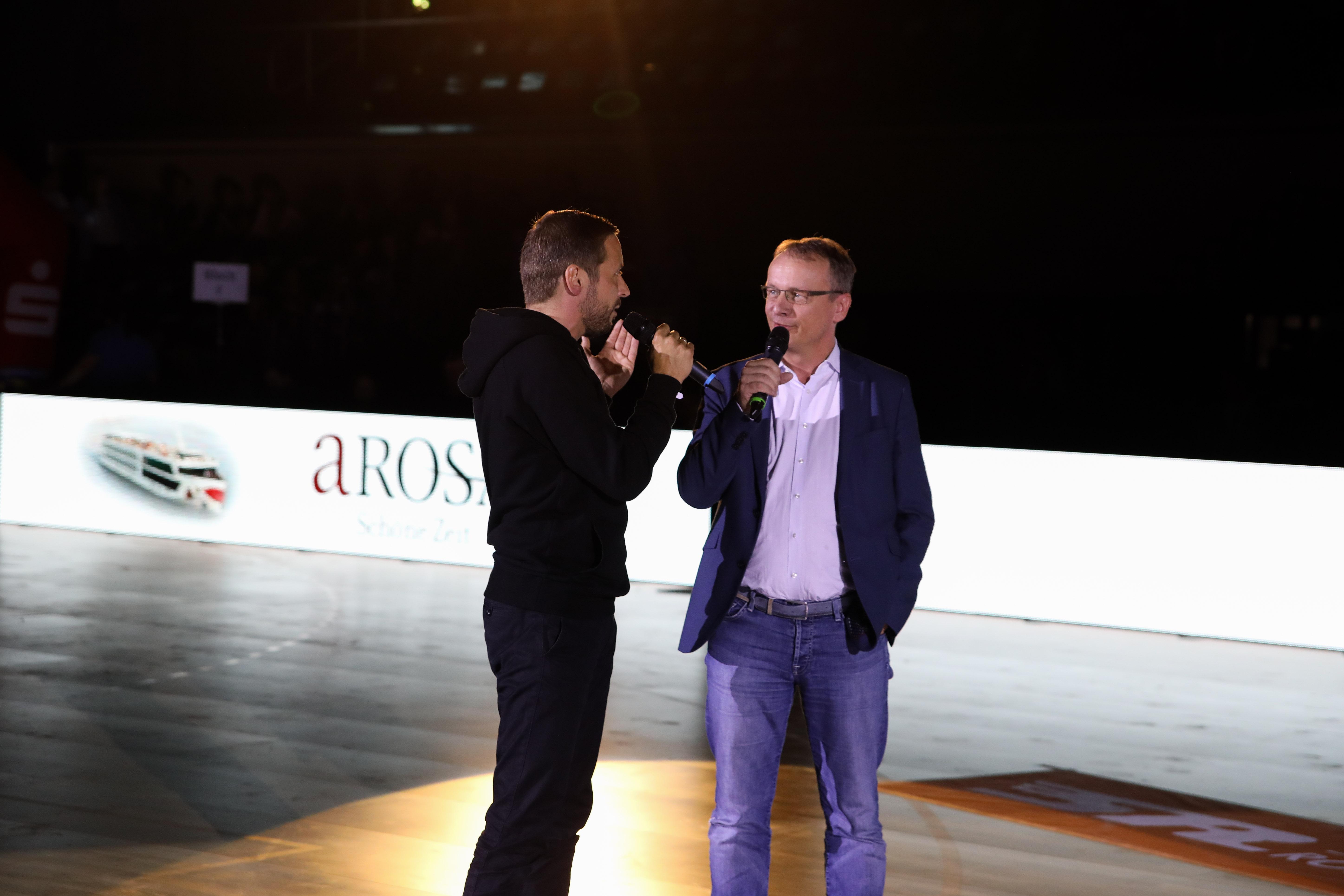 -ROSA Geschäftsführer Jörg Eichler (r.) im Gespräch mit Tobias Woitendorf vom HCE zum A-ROSA Engagement