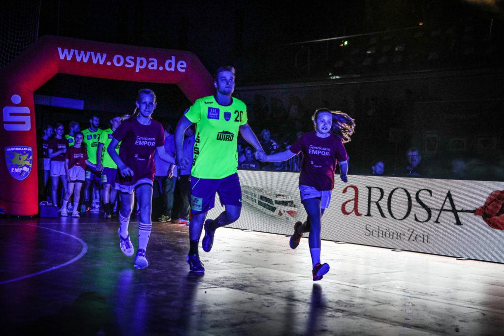 Einlaufende A-ROSA Kinder mit Empor Spieler