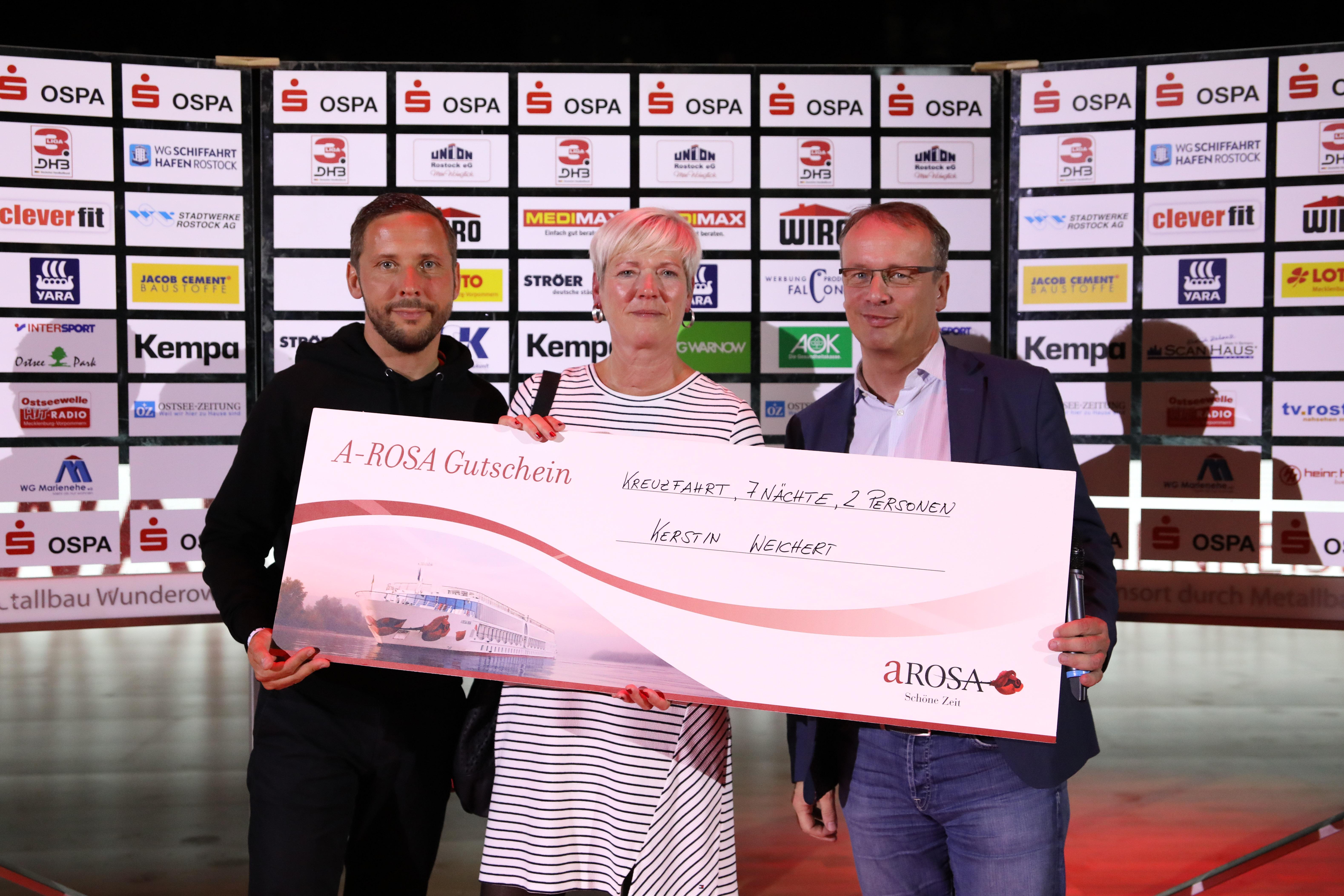 Die Gewinnerin der A-ROSA Kreuzfahrt Kerstin Weichert mit Tobias Woitendorf vom HCE und A-ROSA Geschäftsführer Jörg Eichler (r.)