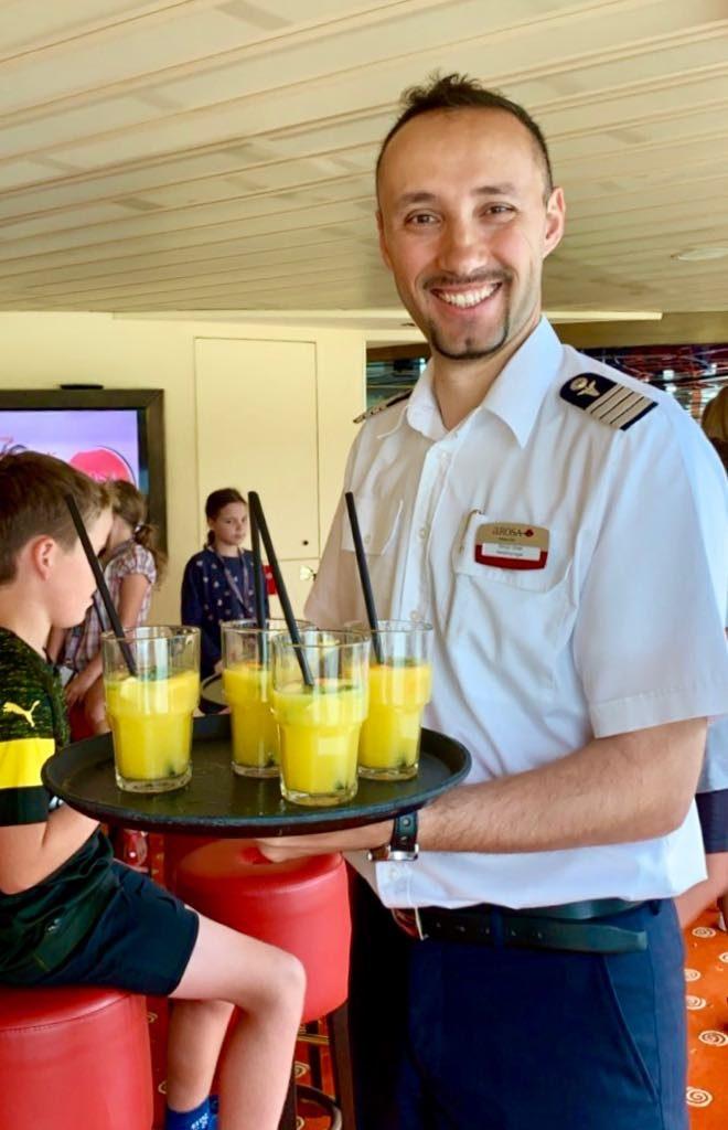 Kinder-Cocktails serviert von unserem Hotelmanager.