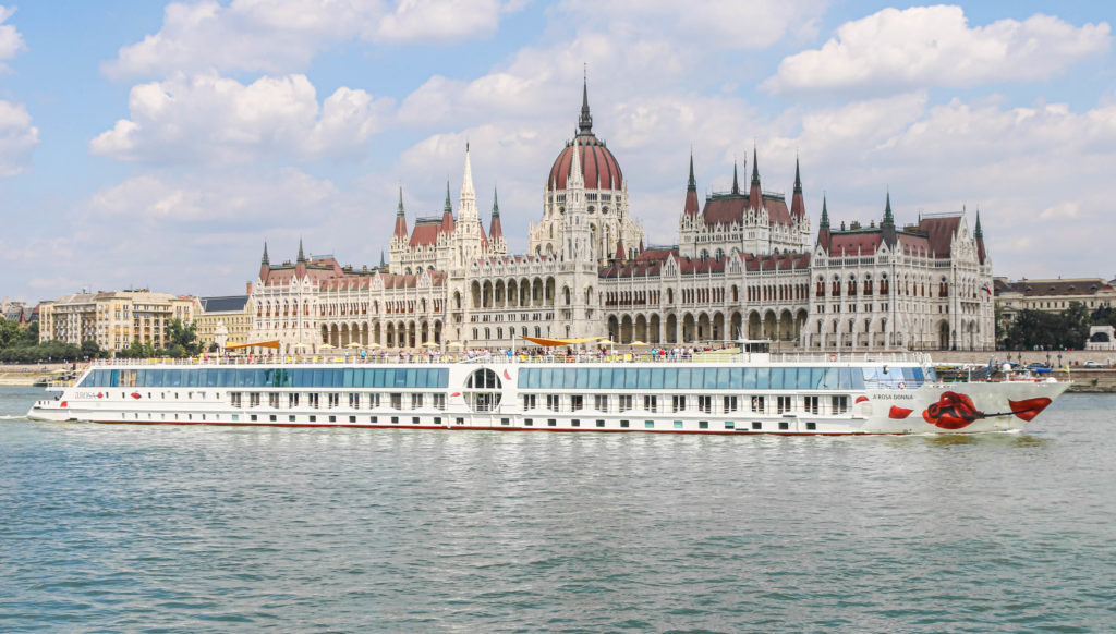 Die A-ROSA DONNA vor dem Parlament in Budapest.
