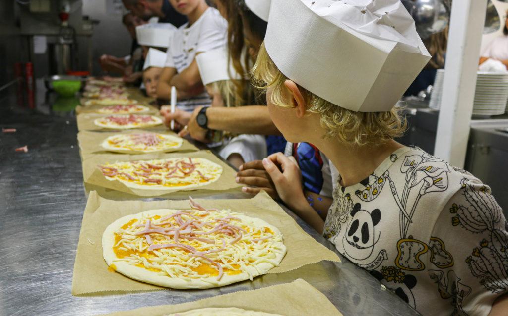 Die kleinen Kreuzfahrer haben Spaß: Backe, backe Pizza!