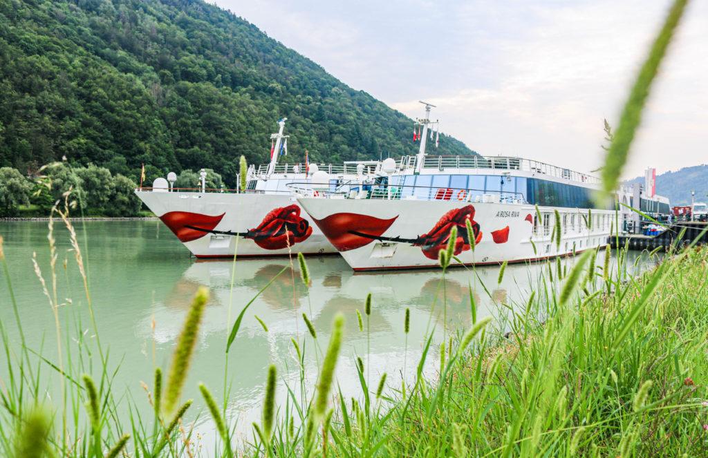 Die A-ROSA Schiffe auf der Donau am Anleger.